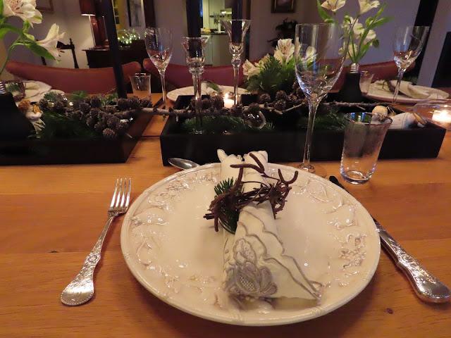 Borddekking til julehøytiden - sort, grønt og hvitt. En bordsetting og med bjørkeis som serviettring IMG_0113
