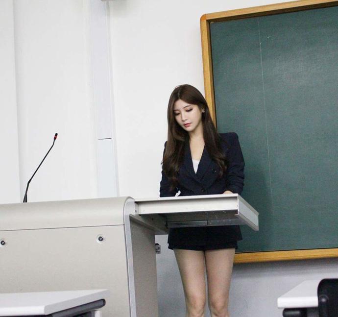 Park Hyun Seo cực nóng bỏng trên giảng đường