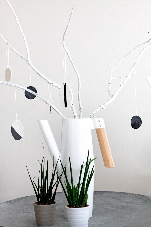 DIY-Osterstrauch aus Zweigen und Tonelementen