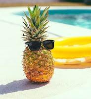 Piña con gafas tomando el sol