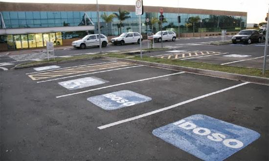 Lei garante vagas para idosos em estacionamentos - Img 1