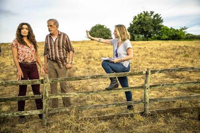 A diretora Amora Mautner orienta os atores Juliana Paes e Genézio de Barros, em 'A Dona do Pedaço' — Foto: TV Globo/João Miguel Jr.