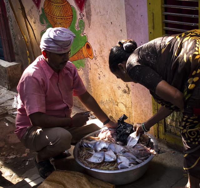fish vendoor, door to door salesman, kumbharwada, dharavi, mumbai, india, street photography, streetphoto,