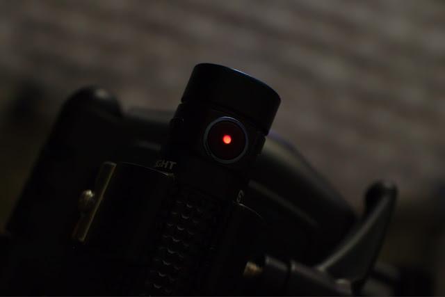Olight S1R BatonII Dioda w przycisku sygnalizująca stan baterii poniżej 10%