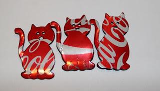 gato con latas de coca-cola recicladas.