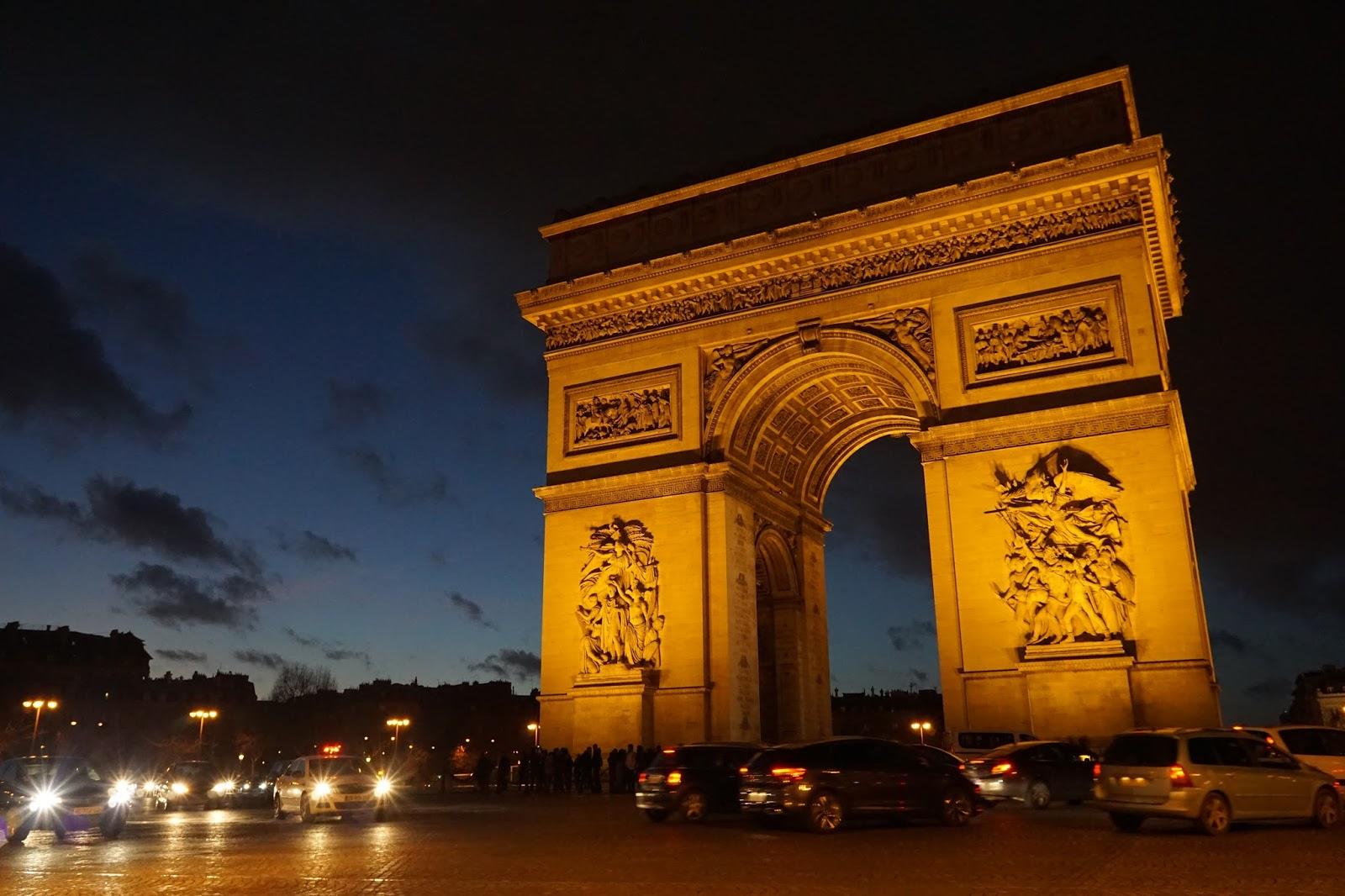 エトワールの凱旋門(Arc de triomphe de l'Étoile) 車専用の道路(ラウンドアバウト)