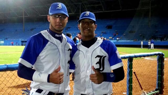Viera (con Yulieski Gurriel en la foto) se convertiría en el sexto cubano que actualmente integra el sistema de los Rangers.