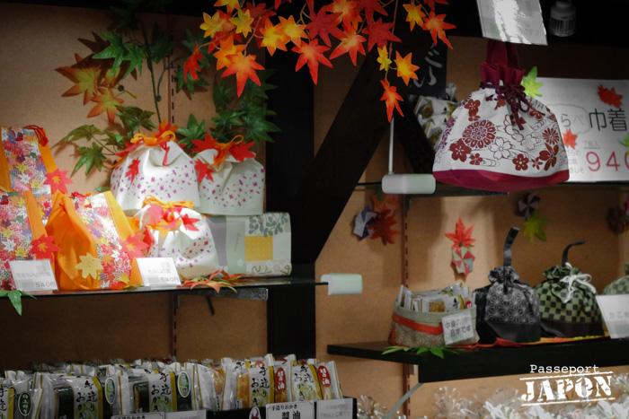 Boutique décorée de feuilles de momiji, Omotesando, Miyajima, Hiroshima-ken