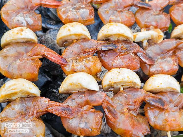Шашлык из морепродуктов на шампурах