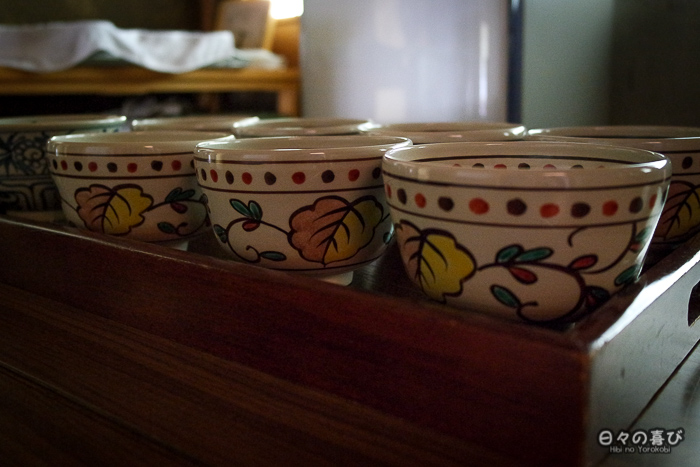 tasses de thé dans le pavillon shoin, jardin Shokado de Yawata, Kyoto