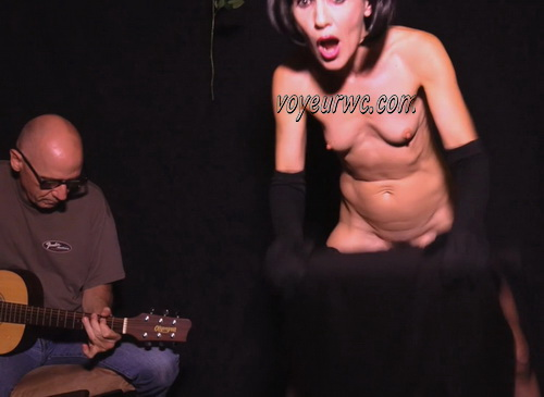 Singer Naked While Singing. Burlesque Dancers: The Art of the Striptease (Naked Theater 20)