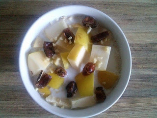 Rozgrzewająca owsianka na mleku z zarodkami pszennymi, jabłkiem, daktylami i migdałami.