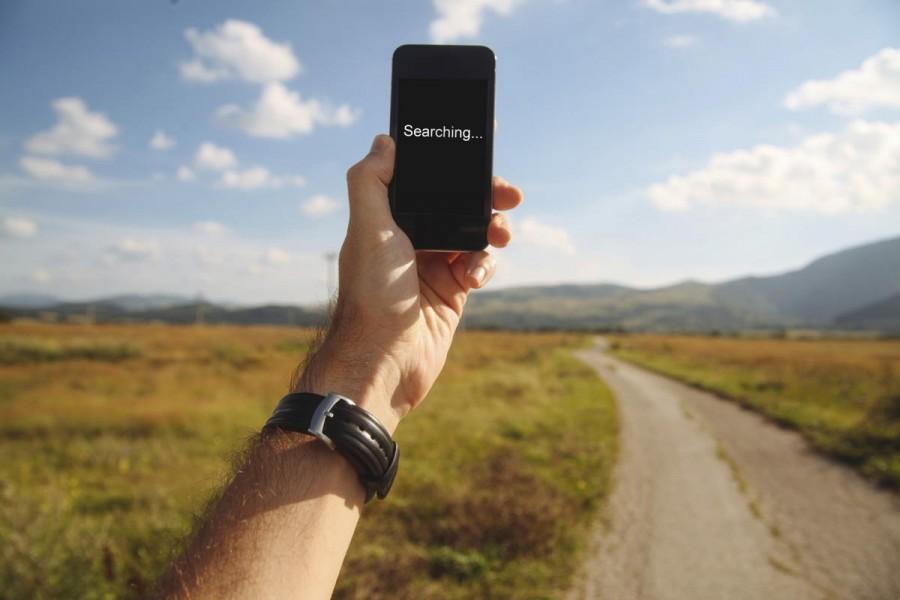 Benarkah Mengangkat Ponsel Tinggi Bisa Mendapatkan Sinyal? Ini Jawabannya