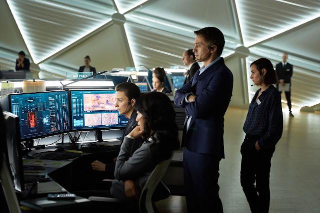 Trong khi đó, từ Trái Đất, những người điều khiển sứ mệnh phải giữ liên lạc liên tục với phi hành đoàn ở Sao Hỏa. Ed Grann (thủ vai bởi Olivier Martinez), CEO người Pháp của Tập đoàn Mars Mission cùng Joon Seung (thủ vai bởi Jihae), trợ lý người Hoa Kỳ gốc Hàn Quốc.