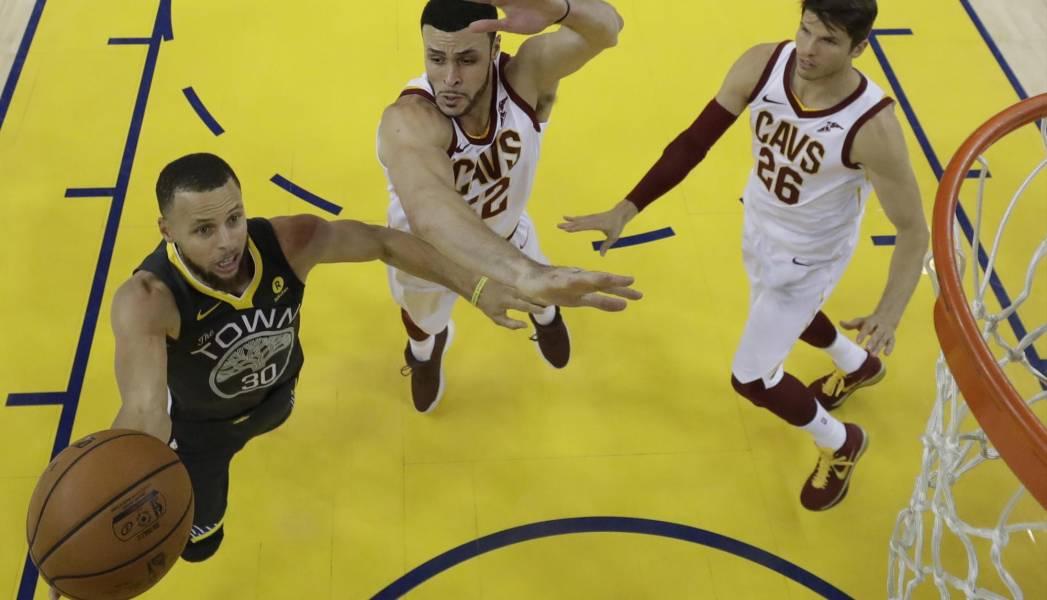 Con un Curry de récord, los Warriors ponen el 2-0 ante los Cavs