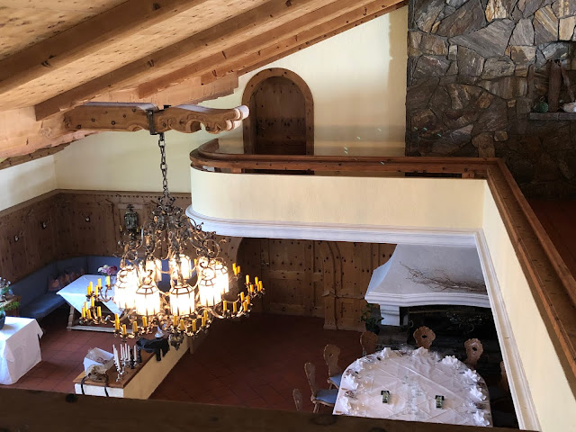 wedding venue Parkhotel Wallgau, ceremony, dinner hall, wedding weekend, destination wedding, mountain wedding, wedding in Bavaria, wedding planner, 4 weddings & events, Uschi Glas, Garmisch-Partenkirchen, Zugspitze, Garmisch wedding, Germany, wedding coordinator, chandelier