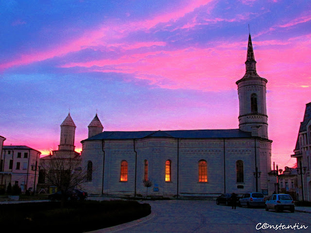 """Biserica romano-catolică """"Adormirea Maicii Domnului"""" având în fundal Biserica """"Trei Ierarhi"""""""