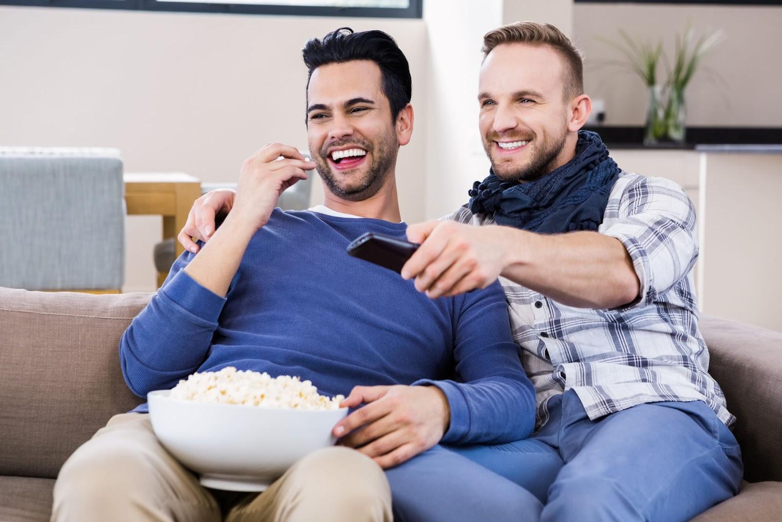 Casais que assistem séries e filmes juntos são mais felizes