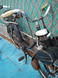 Motocicleta antigua pieza del desembalaje de Noja