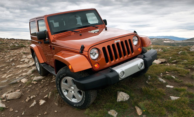 Jeep Wrangler clambers over rocks