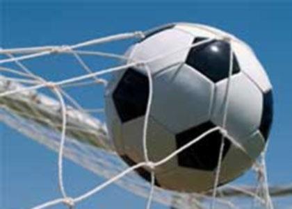 Chico Amateurs del Fútbol imita el pegue del Futbolista profesional Roberto Carlos
