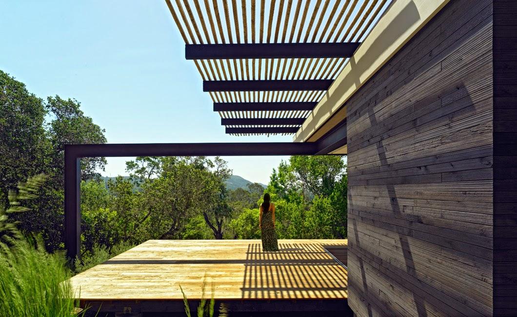 Casa em madeira com varanda grande