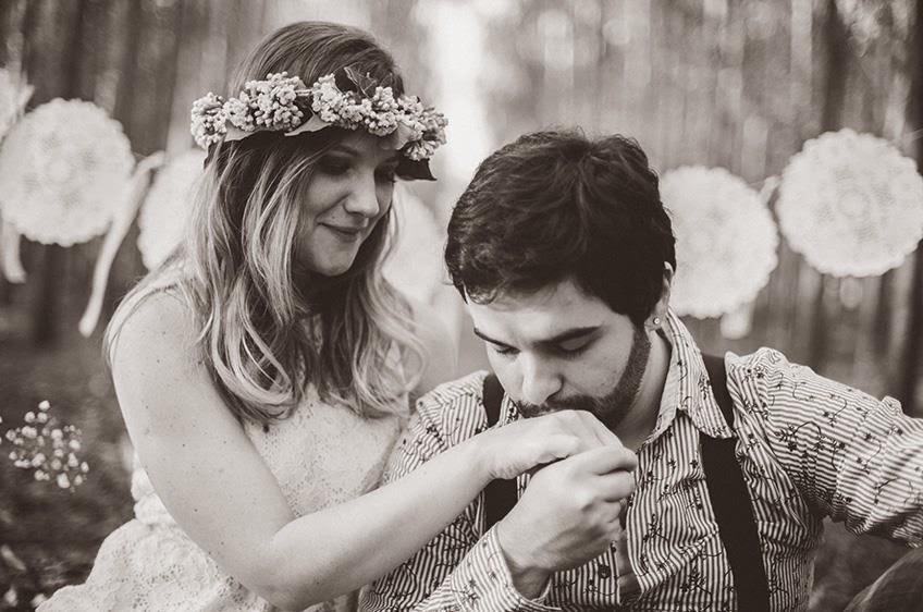 e-session - ensaio noivos - ensaio casal - ensaio ao ar livre - e-session ao ar livre - noivos - coroa de flores - ensaio vintage - ensaio retro - boho - bandeirinhas - bandeirolas