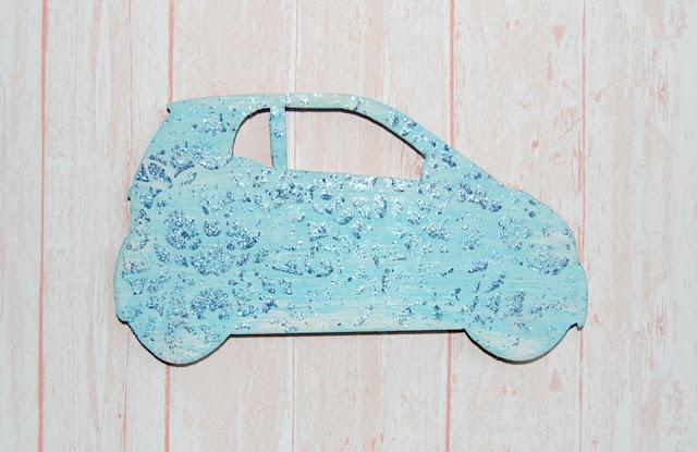 auto ze sklejki ozdobione mediami