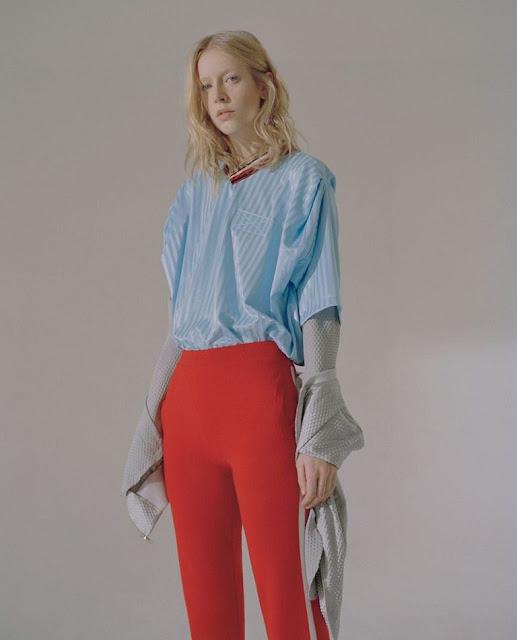 Голубая рубашка и алые брюки