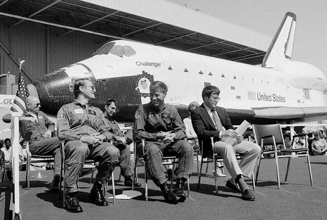 Ngày 30 tháng 6 năm 1982, bốn phi hành gia của tàu Challenger đang ngồi phía trước con tàu tại một buổi lễ kỷ niệm ở thành phố Palmdale, bang California. Từ trái qua: Tiến sĩ Story Musgrave, phi công Karol J. Bobko, chuyên gia sứ mệnh Donald H. Peterson, và chỉ huy Paul J. Weitz. Ông Weitz là chỉ huy của sứ mệnh này được bay lên vào một năm sau đó. Hình ảnh: AP Photo/Doug Pizac.