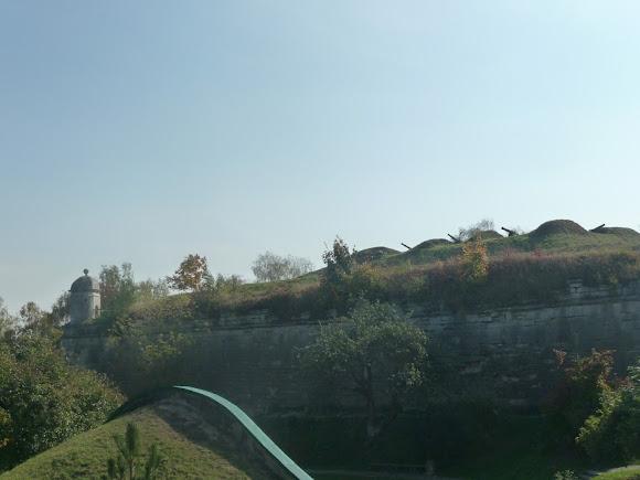 Золочів. Замок. Бастіони з гарматами