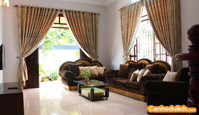 Phòng khách tại biệt thự Ali khá rộng rãi
