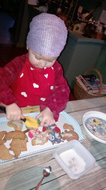 lapsi koristelee keksejä