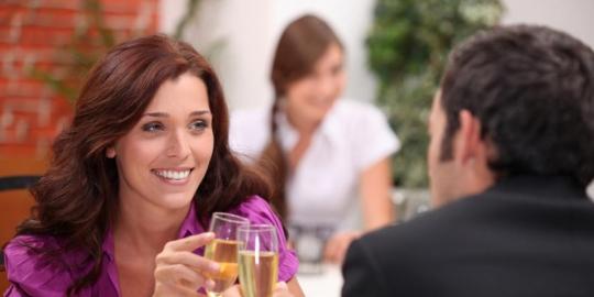 Kepribadian Perempuan di Balik Sikap Duduknya