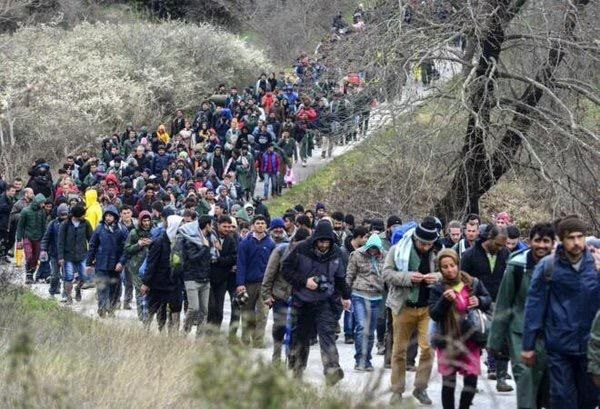Syrian refugees claim Greek mafia asks for EUR 200-300 to transfer them though the border