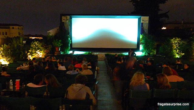 Cine Paris, em Plaka, Atenas: sala de projeção com vista para a Acrópole