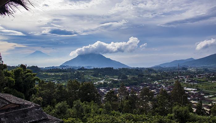 Gunung Andong dengan Puncak yang Tertutup Awan dan Gunung Sindoro di Cakrawala Barat