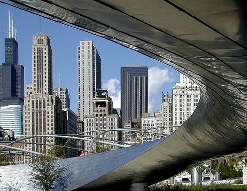 curiosidades-arquitectura-arquitectos-frank-gehry-chicago-bp-bridge-jay-pritzker-pavilion-millenium-park-puente-barrera-acustica-deconstructivismo-serpiente-serpenteante