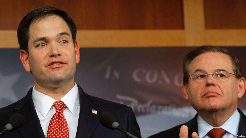 Los senadores de EEUU, el republicano Ted Cruz y el demócrata Bob Menéndez / VOA / REUTERS