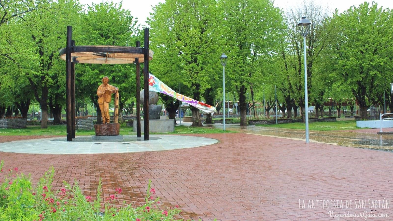 Homenaje a Nicanor Parra (creador de la antipoesía) en la Plaza de San Fabián