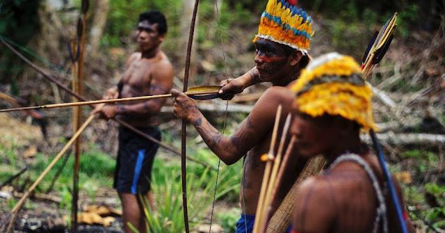 Índios Guerreiros da Tribo Munduruku se preparando para a abordagem a uma mina de ouro ilegal na Amazônia- 1