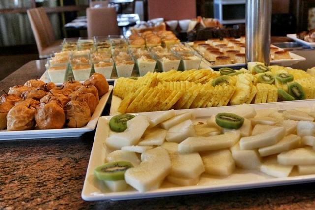 Frutas y postres en el buffet