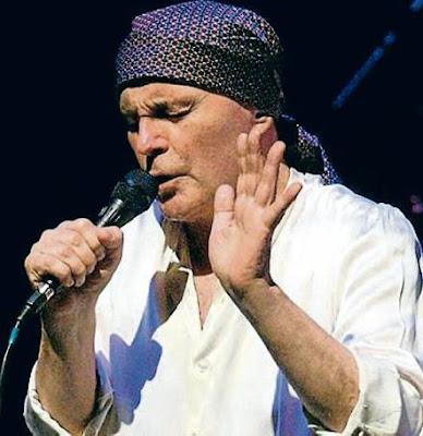 Foto de Leonardo Flavio cantando en concierto