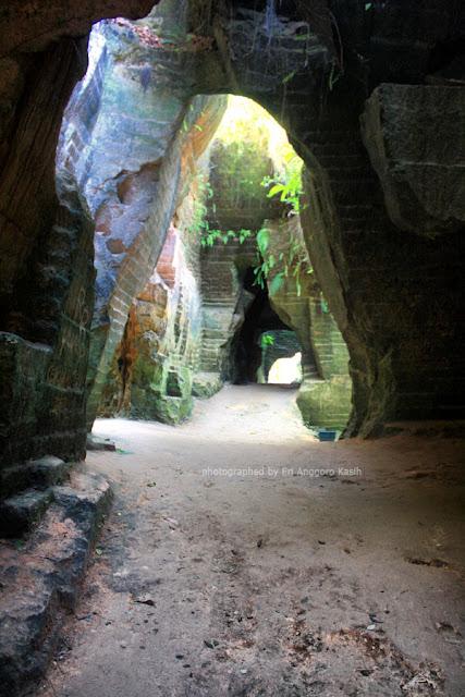 Lorong di dalam gua Arosbaya.