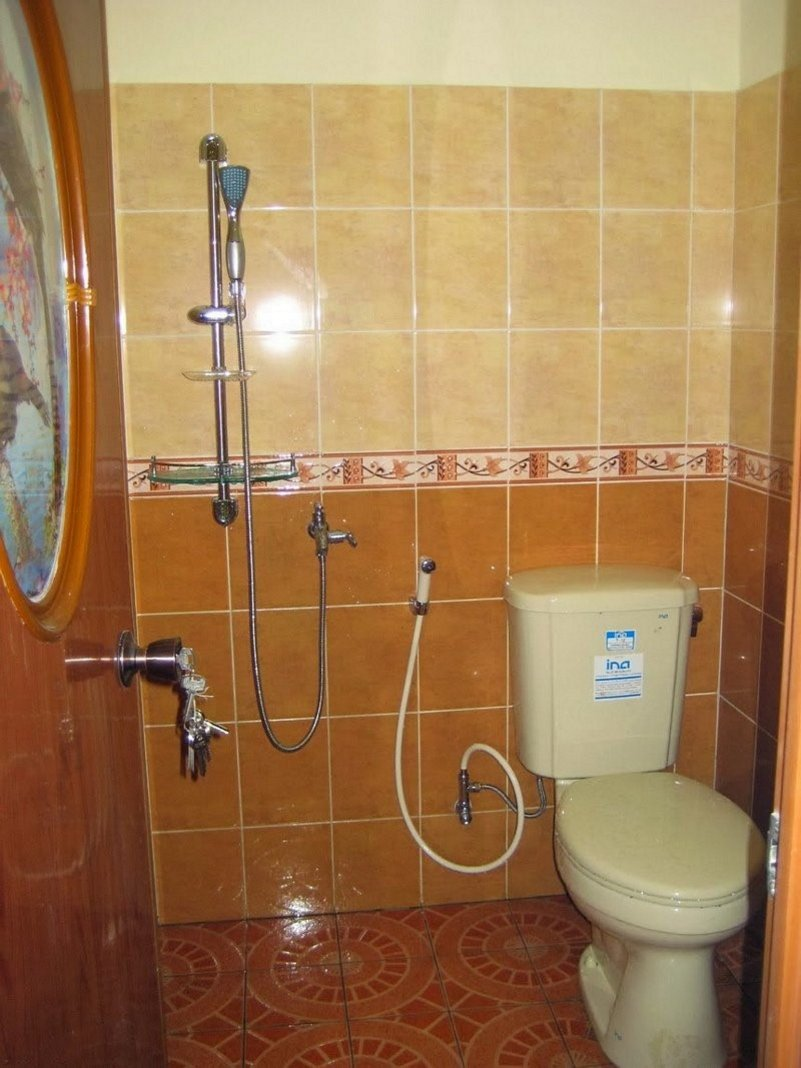 motif keramik dinding kamar mandi terlihat minimalis