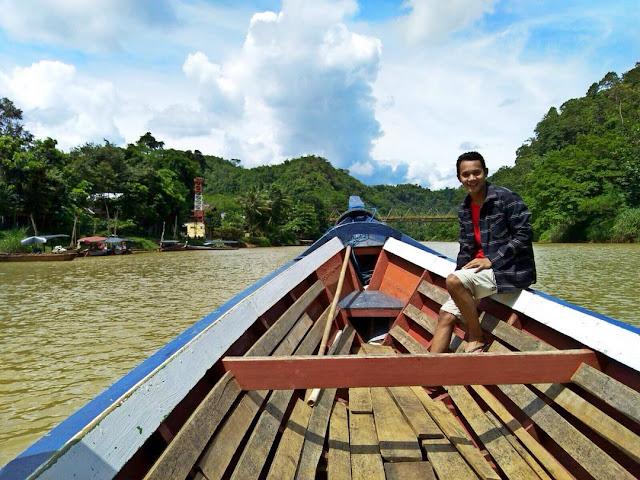 foto naik perahu menuju curug cikaso