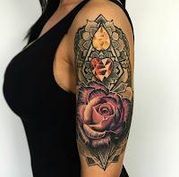 tatuaje rosa y diamantes en el brazo