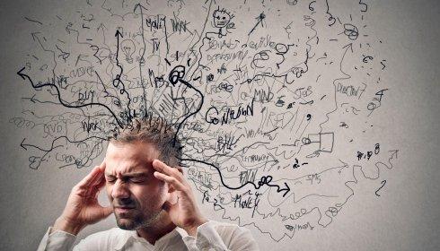 Persona pensando exageradamente y tratando de evitar pensamientos negativos
