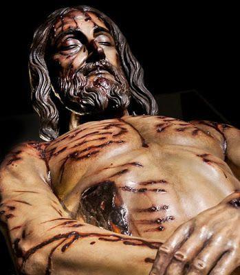 Cristo fue atravesado en el costado por una lanza de un soldado romano saliendo agua y sangre