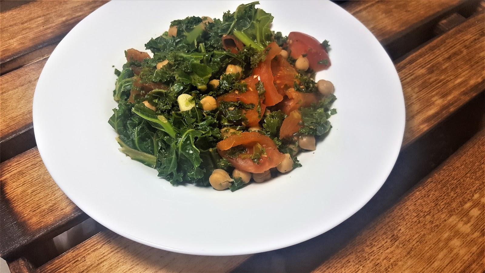 Szybkie i dietetyczne obiady - zielenina z ciecierzycą, pomidorami i awokado